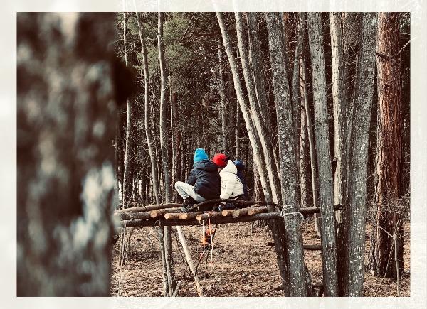 Bambini che giocano in una capanna nel bosco