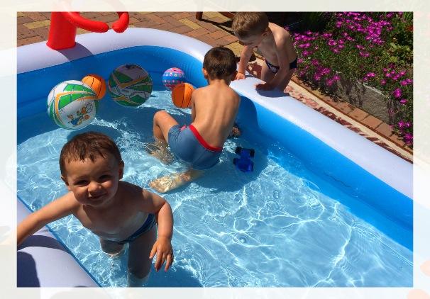 Bambini in piscina d'estate