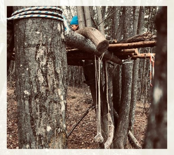 Bimbo che gioca nel bosco