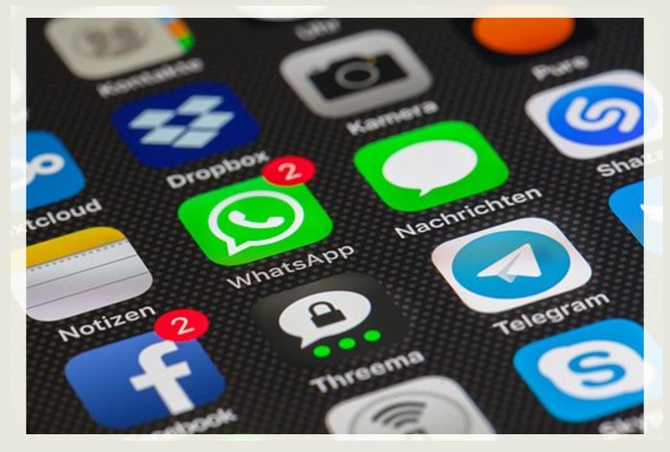Schermata dello smartphone: quali regole per i gruppi WhatsApp?
