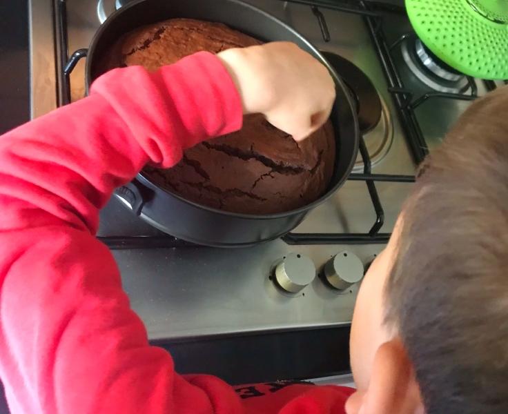 Cucinare insieme: una delle possibili attività da fare insieme ai bambini